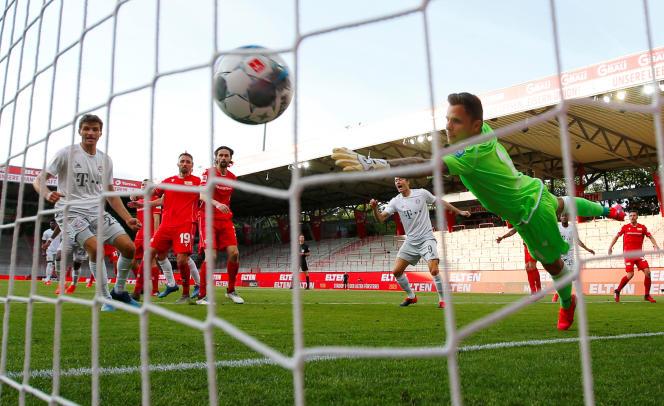 But de Benjamin Pavard, défenseur du Bayern de Munich, contre l'Union Berlin, le 17 mai 2020, lors de la reprise du championnat allemand.