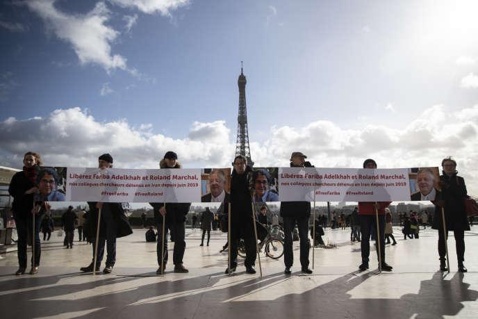 Des manifestants demandent la libération de Fariba Abdelkhah et Roland Marchal, place du Trocadéro à Paris, le 11 février.