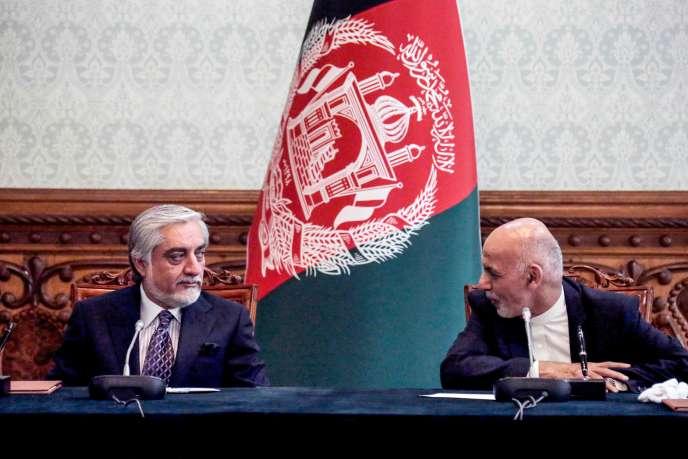 Le président afghan, Ashraf Ghani, et son rival et ancien numérodeux Abdullah Abdullah, au palais présidentiel à Kaboul, le 17 mai.