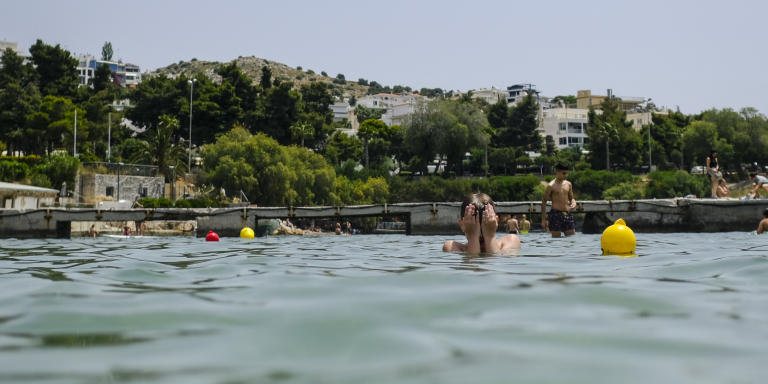VOULIAGMENI, GREECE - MAY 16: The scene at the beach resort Akti Vouliagmenis in Vouliagmeni, Greece on Saturday, May 16, 2020. After months of being on lockdown, Greece has opened its beaches and relaxed restrictions on movement and shopping in recent days. Byron Smith pour Le Monde
