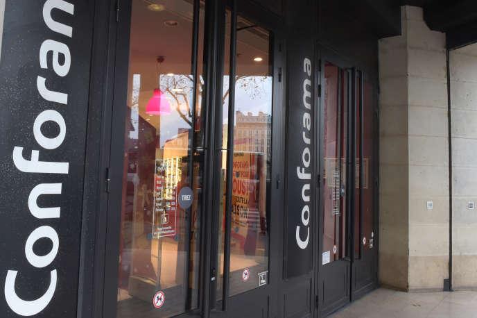 Devant un magasin Conforama, à Paris, en décembre 2017.