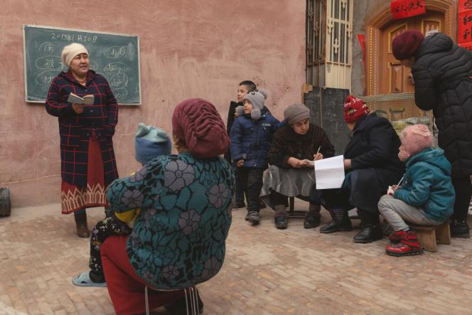 Cours de mandarin en plein air pour la minorité ouïgoure dans la vieille ville de Kashgar, janvier2019.