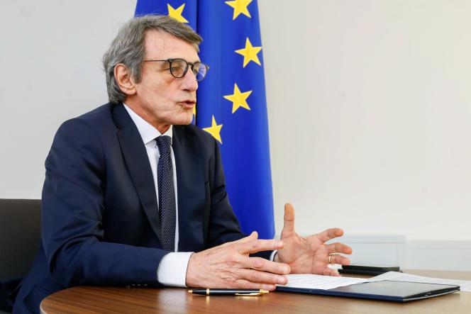 <p>Surnommé « Belle Gueule » du temps où il présentait le JT, David Sassoli montre un visage humain de l'Europe (ici, le 26 mars, à Bruxelles, lors d'une visioconférence sur le Covid-19).</p>