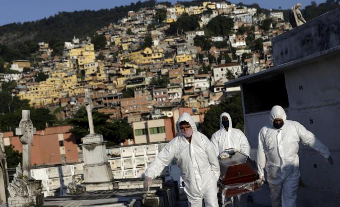 Funérailles d'un homme brésilien, mort du Covid-19, à Rio de Janeiro, lundi 18 mai.