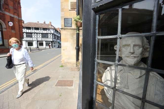 Un buste de Shakespeare exposé dans une vitrine d'une rue de Stratford-upon-Avon (Warwickshire, Angleterre), le 18 mai 2020.