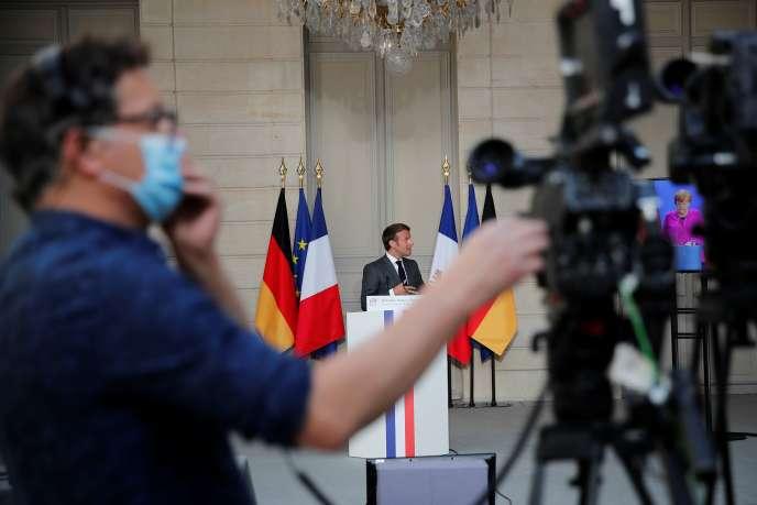Un journaliste reporter d'images lors d'une conférence de presse d'Emmanuel Macron, à Paris, le 18 mais 2020.