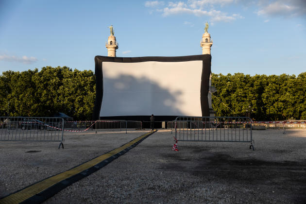 Quelques heures avant l'ouverture du festival de cinéma en plein air. Les projections ont lieu sur la plus grande place de France, la place des Quinconces, à Bordeaux.
