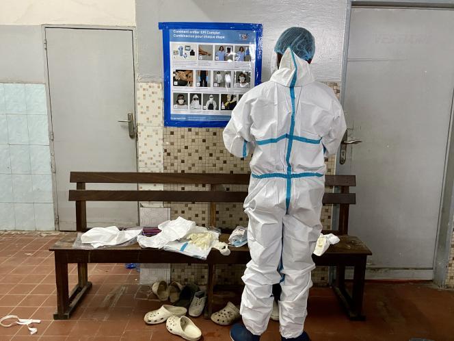 Le docteur Tshikangu se prépare pour entrer dans la zone rouge coronavirus de l'établissement des Cliniques universitaires de Kinshasa, début mai 2020.