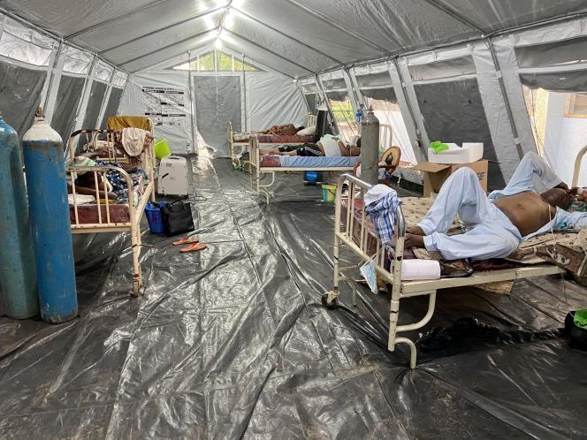 A l'extérieur del'établissement des Cliniques universitaires, à Kinshasa, des malades attendent le résultat de leur test au Covid-19, début mai 2020.