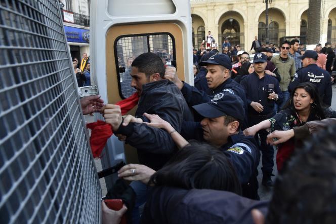 Arrestations en fin de manifestation, à Alger, le 14 avril 2019.