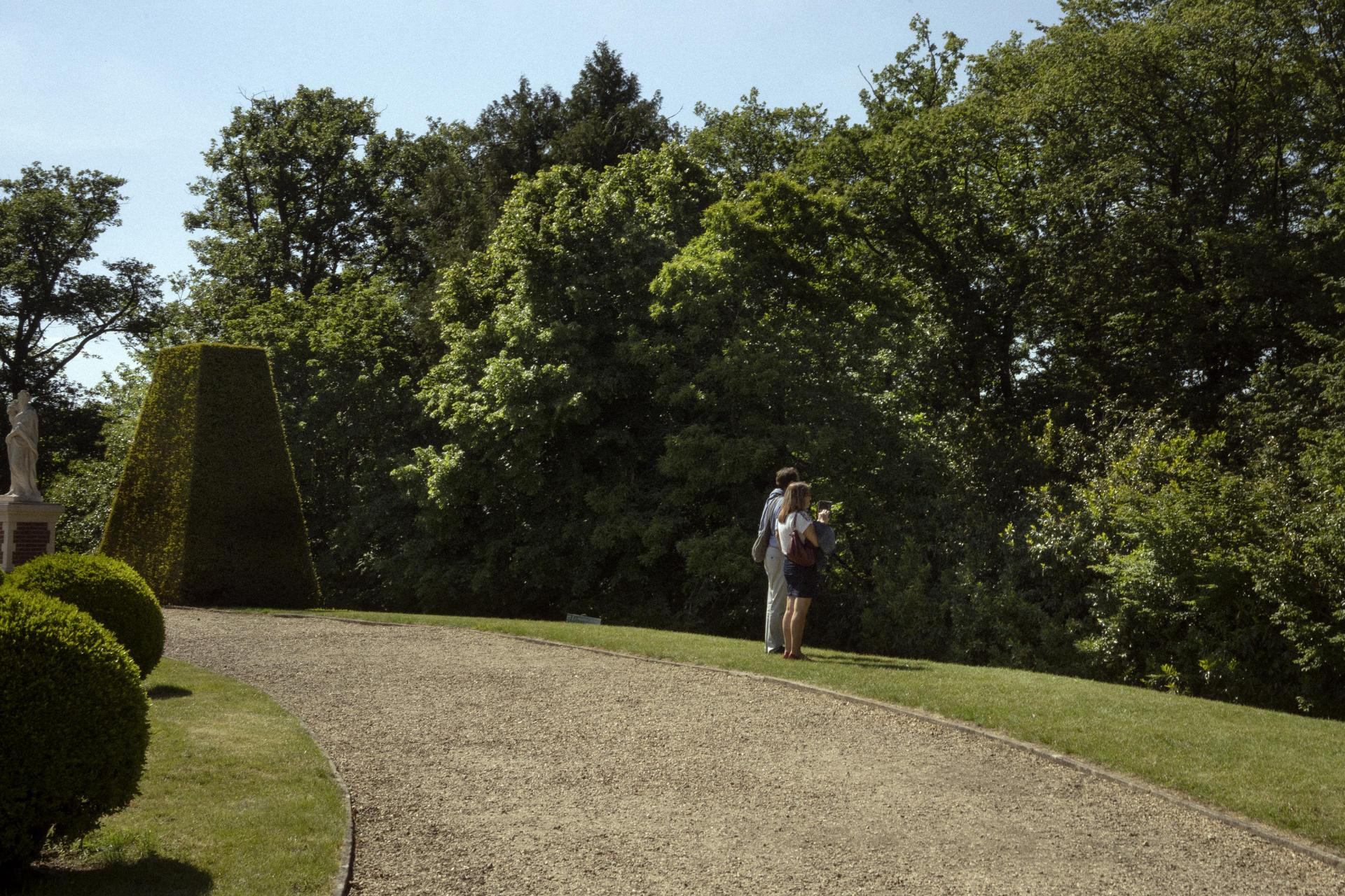 Un couple au château de Breteuil, le 17 mai.