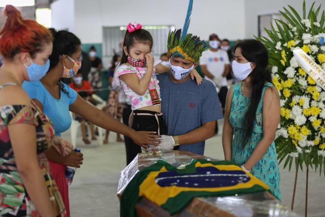 Lors des funérailles du chef Messias,de la tribu Kokama, mort du Covid-19, à Manaus en Amazonie, le 14 mai.