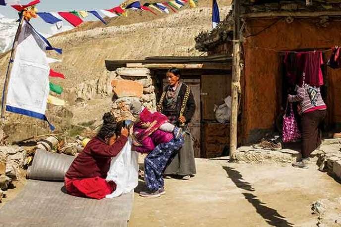 Sur la terrasse, le lama transmet sa bénédiction en touchant avec son front le front du visiteur.