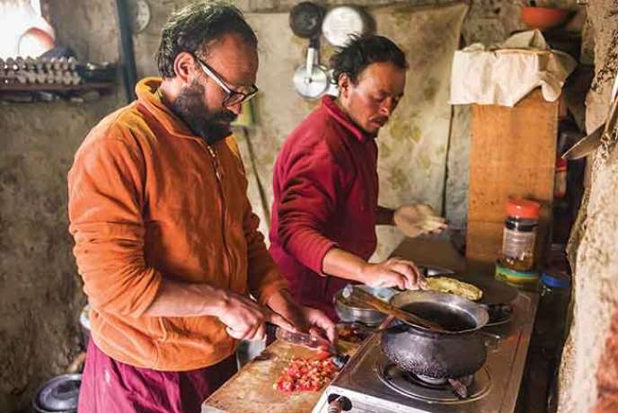 Les moines Palden et Thupten ont choisi Khenpo Tashi Rinpoché comme maître spirituel. Ils préparent le repas à l'entrée de la grotte.