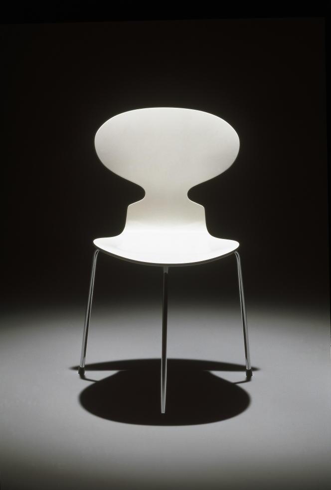 Fourmi, d'Arne Jacobsen, finition laquée (1952).