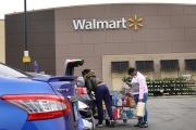 Des consommateurs américains sur le parking d'un hypermarché Walmart, à Chicago (Illinois), le 19 mai.