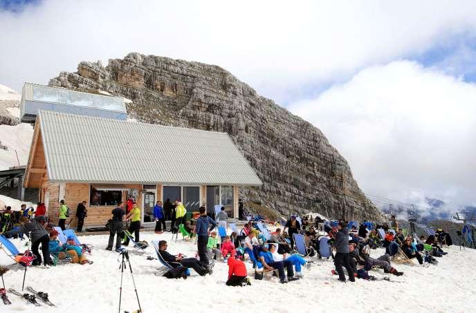 Reprise du ski sur les pistes de Kanin, en Slovénie, le 17 mai, après l'annonce par le gouvernement de la fin de l'épidémie dans le pays.