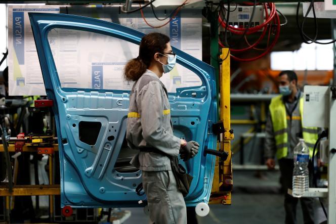 Des employés, sur une chaîne de montage de l'usine Renault, le 6 mai à Flins (Yvelines).