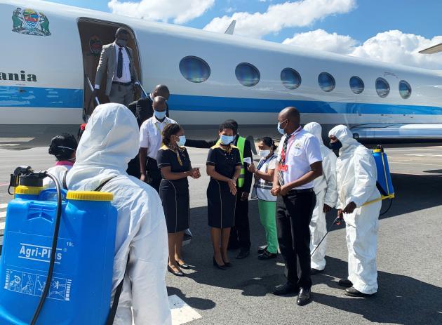 Le ministre tanzanien des affaires étrangères,Palamagamba Kabudi, accueilli à Antananarivo, pour recevoir du« Covid Organics », le 8 mai.