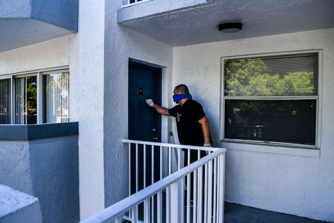 Un chauffeur Uber, reconvertidans la livraison de nourriture à domicile pendant la pandémie, le 22 avril à Miami.