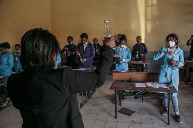 Dans une école d'Antananarivo, le 23 avril, les élèves reçoivent des bouteilles de« Covid Organics ».