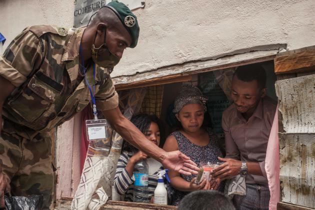 Des soldats distribuent de latisane d'«Artemisia annua», le 22 avril dans un quartier d'Antananarivo.