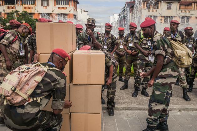 Des soldats malgaches reçoivent des stocks detisane d'«Artemisia annua», le 22 avril à Antananarivo.