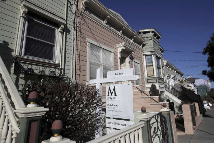 Unpanneau immobilier devant une maison à vendre à San Francisco, le 18 février.