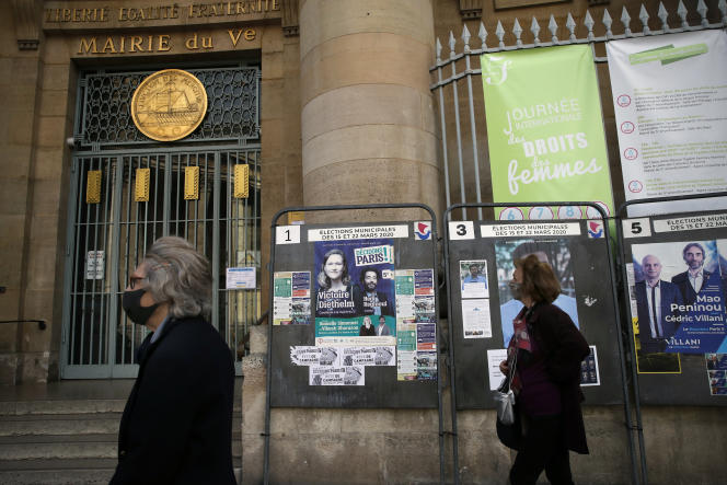 Dans la capitale, comme ailleurs, les panneaux électoraux sont restés en place dans l'attente du second tour des municipales. A Paris, le 20 avril.