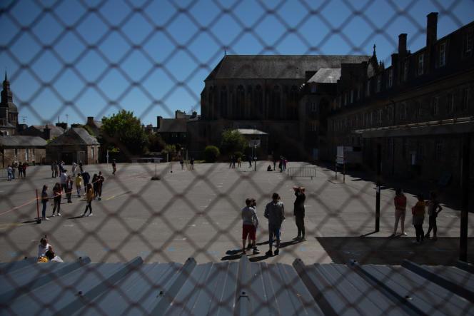 Le jour de la rentrée après la levée du confinement, dans un collège de Dinan (Côtes-d'Armor), le 18 mai.