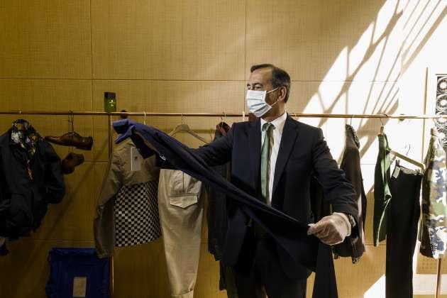 Le maire de Milan, Beppe Sala, profite de la réouverture des magasins.