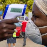 Prise de température à Johannesburg, en Afrique du Sud, le 19 mai 2020.