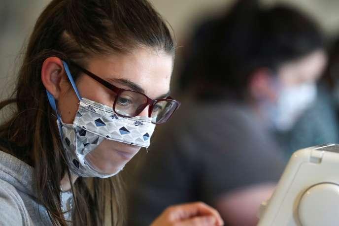 Les masques transparents peuvent permettre aux personnes sourdes et malentendantes de lire sur les lèvres. Comme ici, dans l'entreprise belge Brochage-Renaître, qui emploie des personnes en situation de handicap.