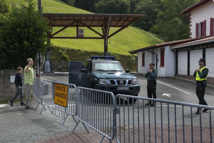 Au col d'Ibardin (Pyrénées-Atlantiques), point de passage entre la France et l'Espagne, le 18 mai. Il est fermé depuis mi mars. Le côté droit de la chaussée et français, le gauche espagnol. Il est interdit de traverser la route.