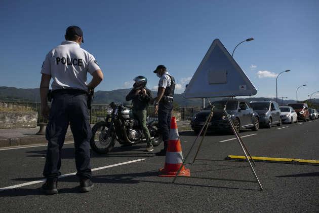 Contrôle de police français sur le pont Santiago, qui relie Hendaye (France) et Irun (Espagne), le 18 mai.