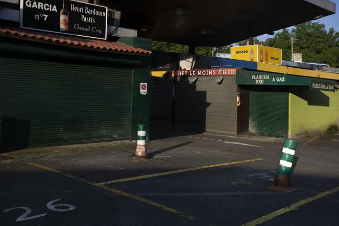 Les ventas de Biriatou, à la frontière espagnole, sont fermées. En temps normal, 90 % des clients de ces boutiques transfrontalières sont français. Aujourd'hui, les rideaux sont baissés, les parkings vides.