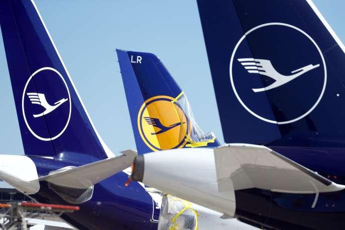La plupart des avions de la compagnie Lufthansa,qui emploie près de 140 000 salariés dans le monde, sont actuellement au sol, comme à Francfort, le 24 mars 2020.