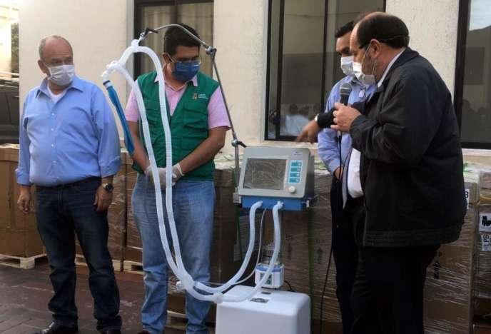 L'ancien ministre de la Santé bolivien Marcelo Navajas (à droite) et le ministre d'État Arturo Murillo (à gauche) remettront 15 respirateurs à un hôpital de Santa Cruz, en Bolivie, le 19 mai.