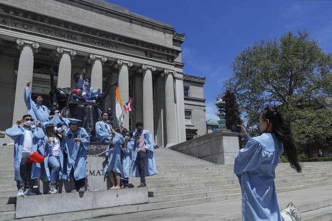 Seule une poignée d'étudiants ont célébré le Commencement Day, le 20 mai 2020, à l'université Columbia, sur les marches de la Low Library.