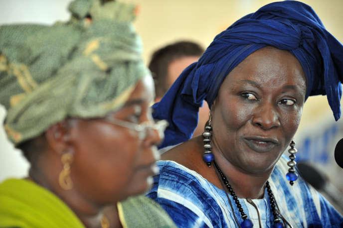Barry Aminata Touré (à gauche), présidente de la Coalition des alternatives africaines dette et développement au Mali, et Aminata Traoré, écrivaine et ancien ministre, à Katibougou, à 65 kilomètres de Bamako, le 7juillet2008.
