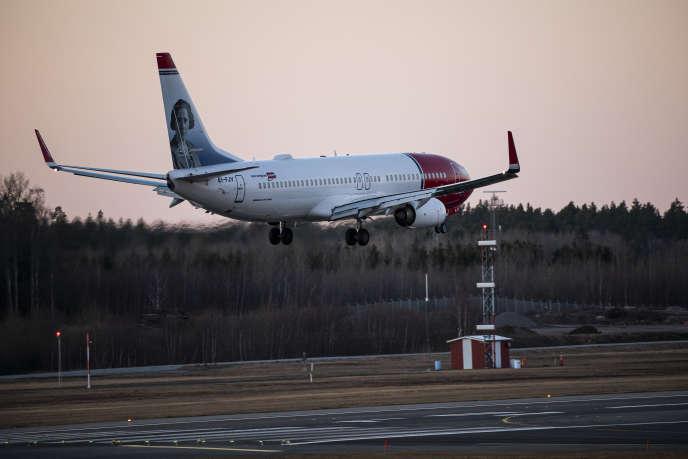 Un avion de la compagnie Norwegian atterrit à Stockholm, le 16 mars.