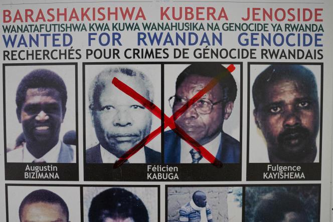 Le visage barré de Félicien Kabugasur une affiche de l'unité de suivi des fugitifs du génocide à Kigali, au Rwanda, le 19 mai 2020.