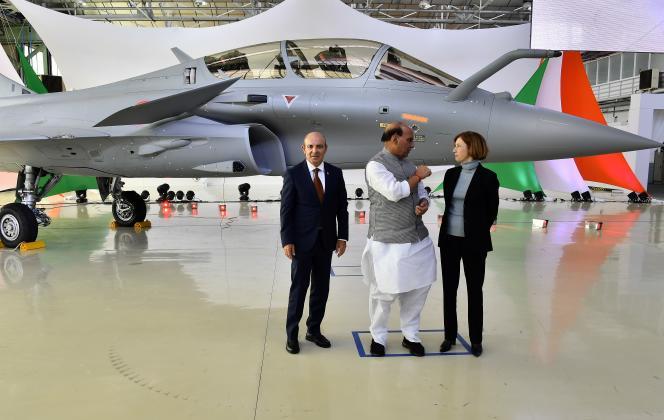 Le ministre de la défense indien, Rajnath Singh (au centre), la ministre des armées française, Florence Parly (à droite), et le président-directeur général de Dassault Aviation, Eric Trappier, posent lors de la livraison du premier Rafale à l'Inde, le 8octobre2019, à Mérignac(Gironde).