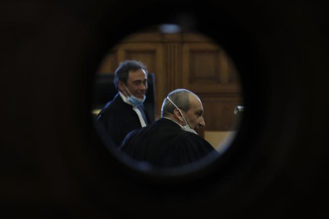 Les avocats de Félicien Kabuga, MesLaurent Bayon (à gauche) et Emmanuel Altit (à droite), à lacour d'appel de Paris, le 20 mai.