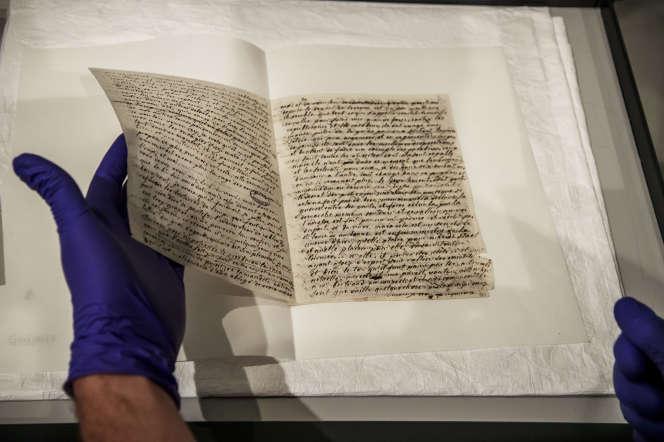 Le chercheur Fabien Pottier manipule une lettre originale de Marie-Antoinette en novembre 2019.