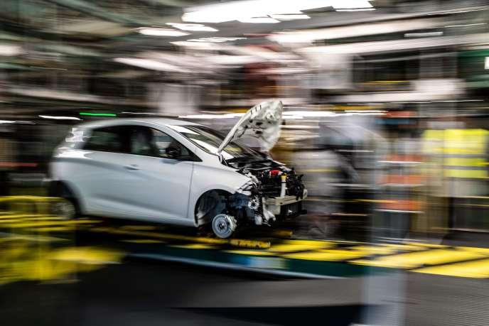 La situation économique reste « très dégradée » dans le secteur automobile, rapporte la Banque de France dans son enquête mensuelle de conjoncture, publiée le 10 août. (Photographie prise dans une usine Renault-Nissan à Flins-sur-Seine dans les Yvelines, le 6 mai.)