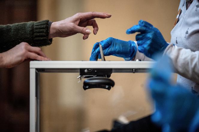 Dans un bureau de vote, le 15 mars à Lyon.