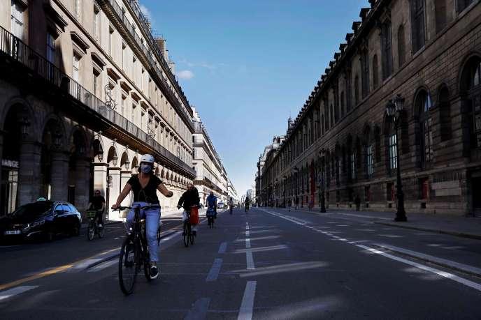 Piste cyclable provisoire rue de Rivoli, près du musée du Louvre, à Paris, le 19mai.