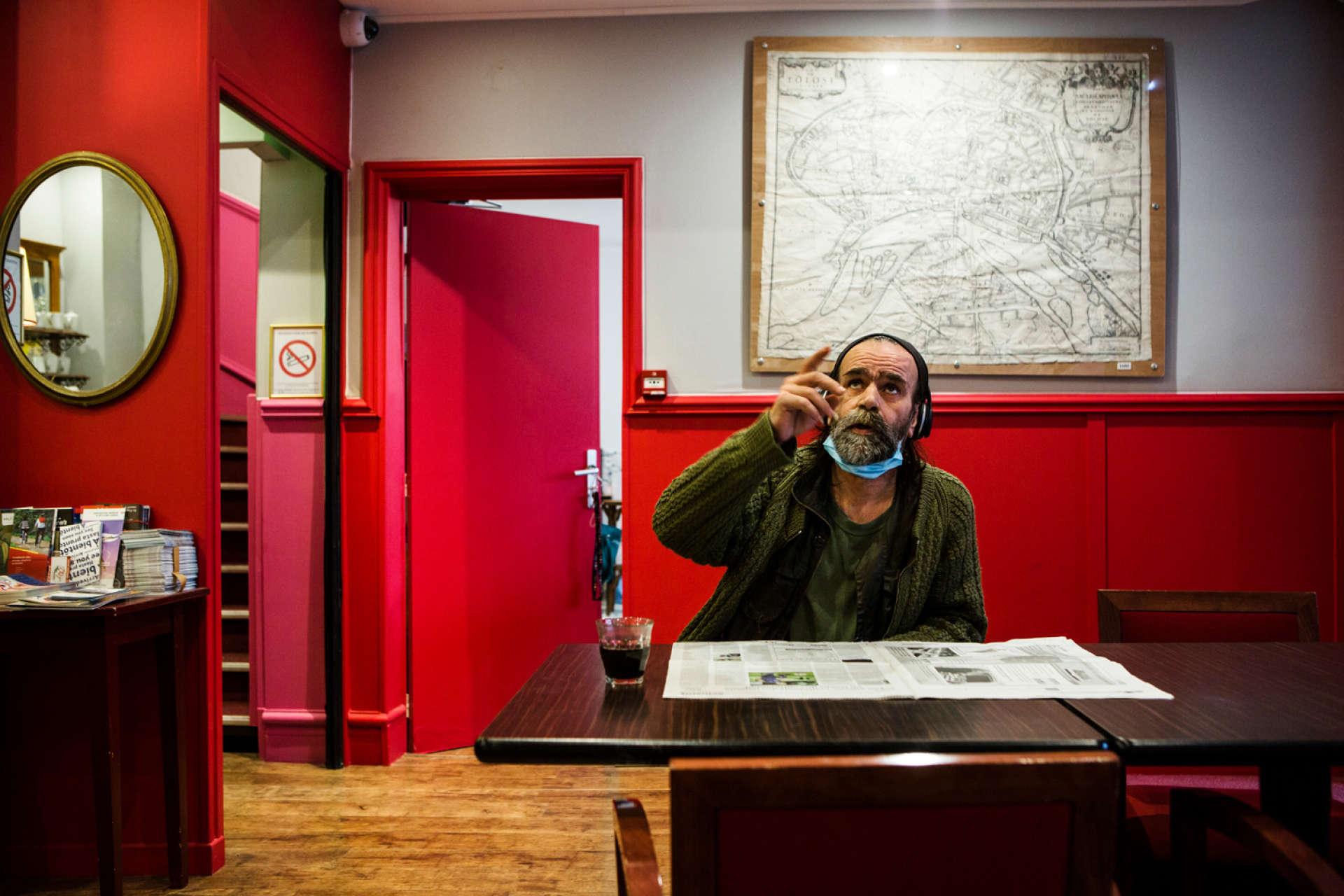 Michel aime lire «La Dépêche du Midi» en buvant trois ou quatre cafés le matin dans le hall de l'hôtel.