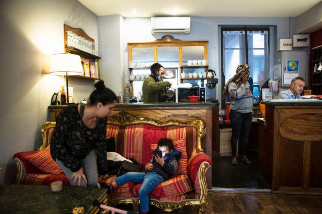 Nadia et son petit Wassim, Michel, Djeneb et Étienne, le propriétaire de l'hôtel.